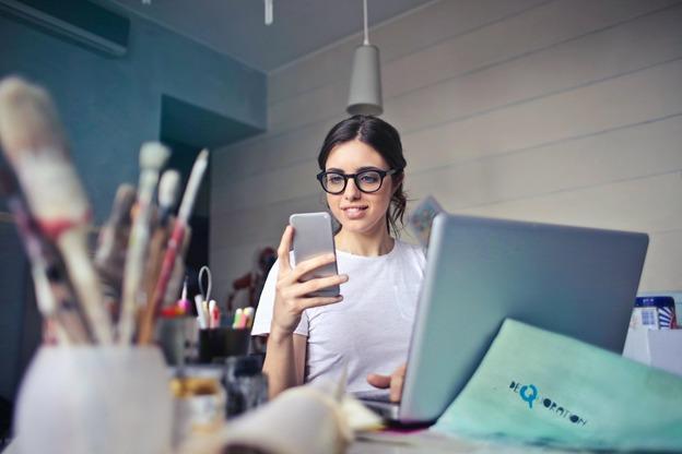 https: img.okezone.com content 2021 05 05 16 2405838 aplikasi-ponsel-hr-ini-bantu-tingkatkan-produktivitas-kerja-saat-puasa-wPZCkwKpdK.jpg