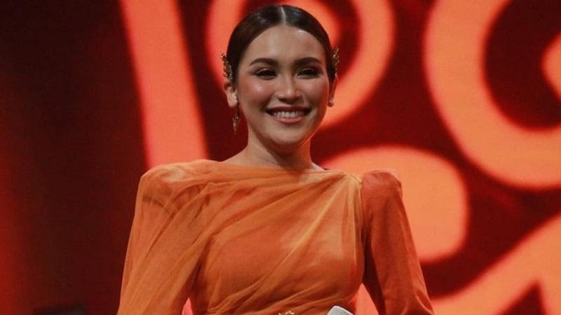 https: img.okezone.com content 2021 05 05 194 2405786 duet-bareng-rhoma-irama-ayu-ting-ting-anggun-pakai-dress-oranye-hrYXMsBdeF.jpg