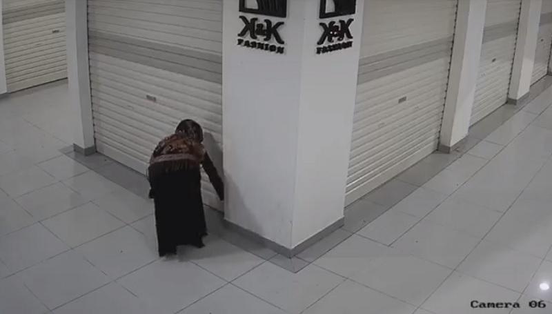 https: img.okezone.com content 2021 05 05 340 2405833 wanita-ini-diduga-sebar-tanah-kuburan-dan-air-sisa-mandikan-jenazah-ke-toko-saingan-rdHfJK5gV8.jpg