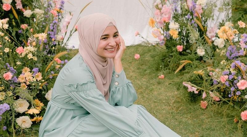 https: img.okezone.com content 2021 05 06 194 2406627 5-inspirasi-gaya-hijab-shireen-sungkar-cocok-untuk-ootd-lebaran-ld7raBV3dg.jpg