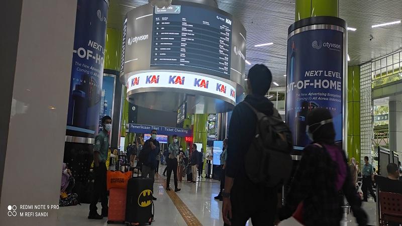 https: img.okezone.com content 2021 05 06 338 2406361 total-17-563-penumpang-tinggalkan-jakarta-melalui-stasiun-gambir-YJuT7r5my9.jpg