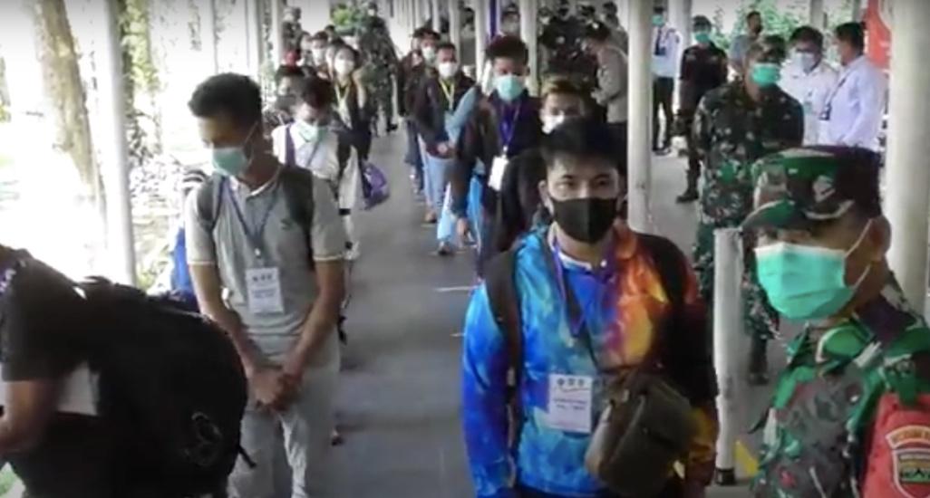 https: img.okezone.com content 2021 05 06 340 2406793 pulang-ke-indonesia-433-pekerja-migran-positif-covid-19-di-batam-DKZf0WRvXe.jpg