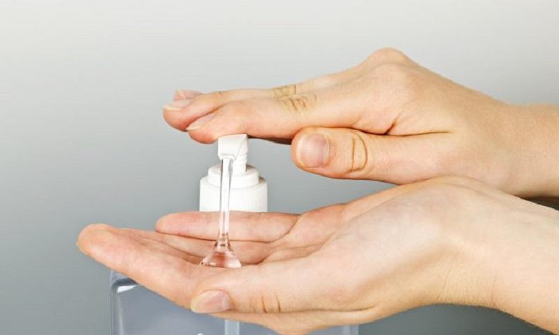 https: img.okezone.com content 2021 05 06 612 2406615 tips-pakai-hand-sanitizer-biarkan-kering-mengering-sendiri-ardRuVWK7A.jpg
