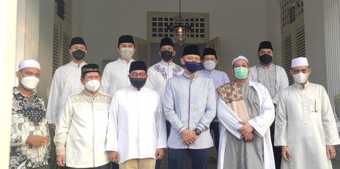https: img.okezone.com content 2021 05 07 337 2407372 ahy-sowan-ke-habib-ali-di-islamic-center-indonesia-kwitang-N6I3NcqrhN.jpg