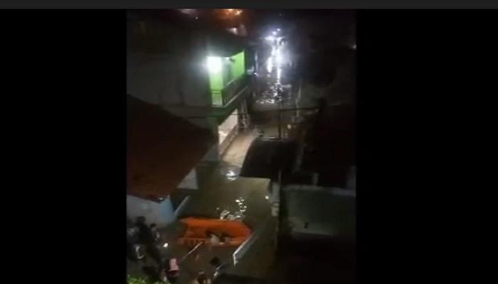 https: img.okezone.com content 2021 05 07 338 2407004 kali-bekasi-meluap-menjelang-sahur-sejumlah-perumahan-terendam-banjir-WXLe7w2byX.jpg