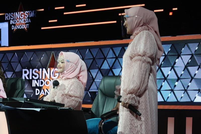 https: img.okezone.com content 2021 05 07 598 2407155 bawakan-lagu-sayang-dan-jadi-expert-di-rising-star-indonesia-dangdut-arsy-trending-di-youtube-4VXrFYGVMg.jpg
