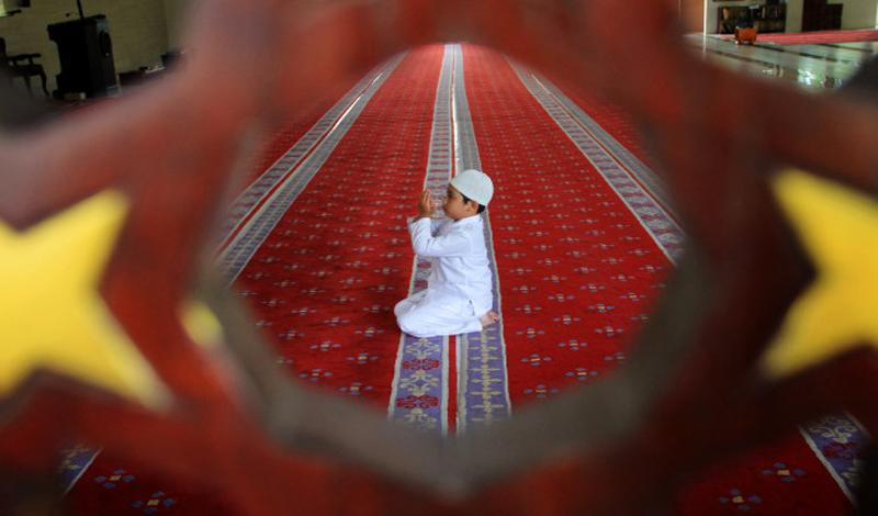 https: img.okezone.com content 2021 05 08 330 2407477 jangan-usir-anak-kecil-dari-masjid-meski-terkadang-berisik-5gGdiowZBU.jpg