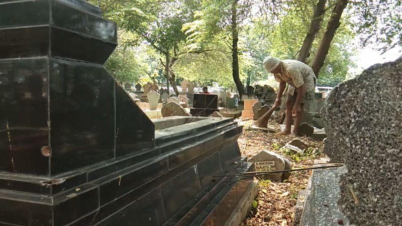 https: img.okezone.com content 2021 05 08 512 2407644 cerita-pekerja-pindahkan-740-makam-untuk-pembangunan-kantor-kelurahan-8hHow9OaWZ.jpg