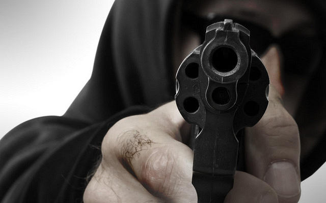https: img.okezone.com content 2021 05 09 337 2408100 terobos-pos-penyekatan-mudik-pria-ini-melawan-dan-todongkan-pistol-ke-polisi-7sH965KJcr.jpg