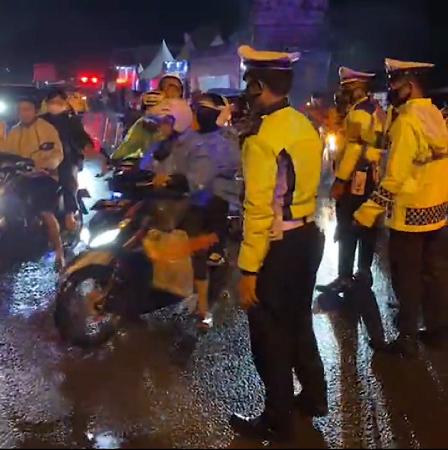 https: img.okezone.com content 2021 05 09 340 2407906 1-600-kendaraan-diputarbalikkan-dari-jalur-arteri-karawang-lYkB8m9f5c.png