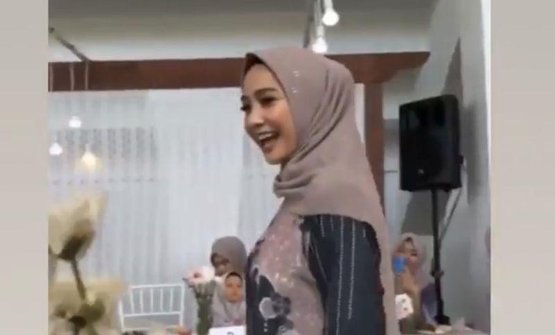 https: img.okezone.com content 2021 05 10 194 2408678 dari-wika-salim-hingga-nagita-slavina-ini-inspirasi-hijab-untuk-lebaran-9ZmaYYvXZV.JPG