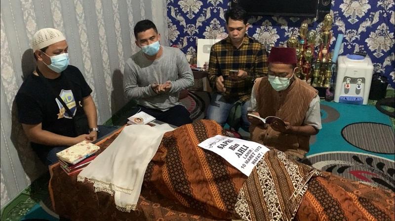 https: img.okezone.com content 2021 05 10 33 2408668 tangis-dan-doa-sambut-jenazah-sapri-pantun-FuPmNw8cVr.jpeg
