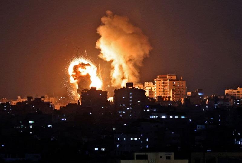 Balas Tembakan 200 Roket Hamas, Serangan Udara Israel Hantam 130 Target di  Gaza : Okezone News