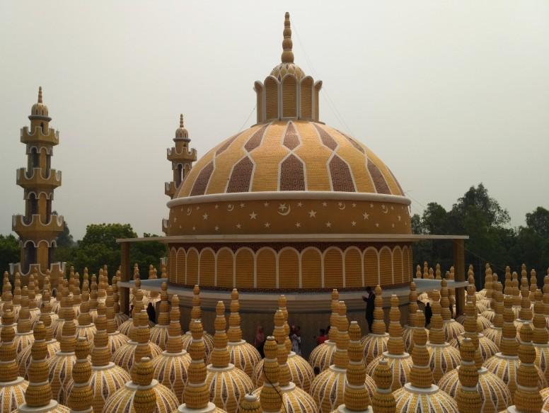 https: img.okezone.com content 2021 05 11 408 2408986 uniknya-masjid-201-kubah-punya-menara-beton-tertinggi-di-dunia-ZTDbsxnb3S.jpg