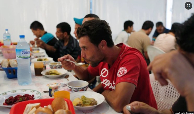 https: img.okezone.com content 2021 05 11 614 2408961 restoran-ternama-di-aljazair-siapkan-hidangan-gratis-yang-mewah-selama-ramadhan-cUkFhNmhTz.jpg