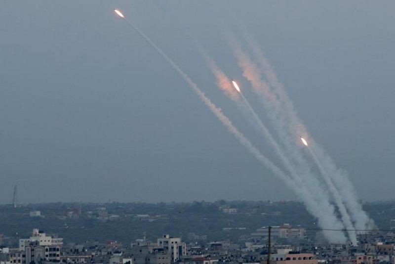https: img.okezone.com content 2021 05 12 18 2409412 dihantam-serangan-udara-hamas-tembakkan-250-roket-ke-israel-CA7WelBfTP.jpg