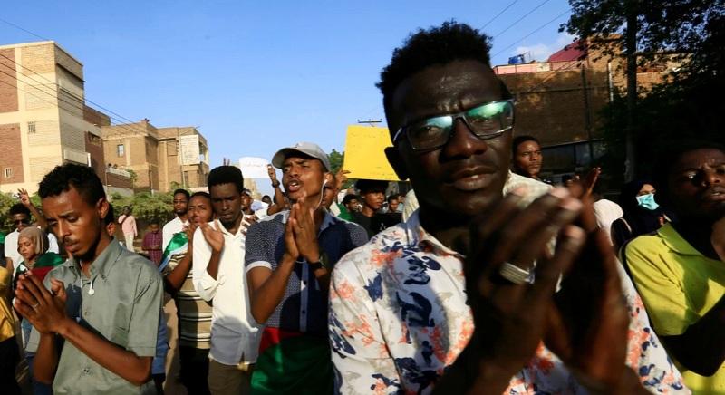 https: img.okezone.com content 2021 05 12 18 2409582 2-tewas-di-sudan-saat-demo-peringatan-unjuk-rasa-2019-r33y8eYfSC.jpg