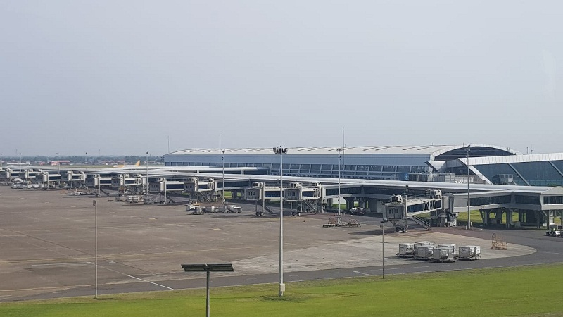https: img.okezone.com content 2021 05 12 320 2409472 tak-boleh-mudik-jumlah-penumpang-bandara-soetta-turun-90-yPSTnbBlJZ.jpg