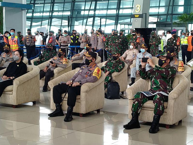 https: img.okezone.com content 2021 05 12 337 2409460 h-1-lebaran-kapolri-tinjau-bandara-soekarno-hatta-RRmTN1p5pu.jpg