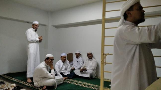 https: img.okezone.com content 2021 05 12 337 2409646 habib-rizieq-dikabarkan-jadi-imam-sholat-id-di-rutan-mabes-polri-apa-kata-kejagung-GHKBNqtJNV.jpg