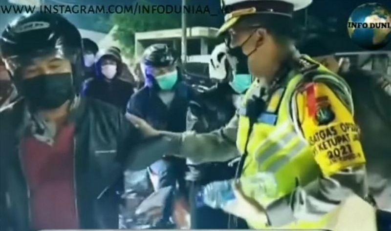 https: img.okezone.com content 2021 05 12 338 2409415 viral-polisi-bagi-bagi-minuman-ke-pemudik-netizen-adem-liatnya-yUiQWWymVY.jpg