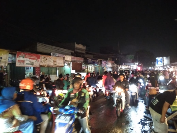Malam Takbiran, Ruas Jalan di Bekasi Macet Akibat Pasar Kaget : Okezone Megapolitan