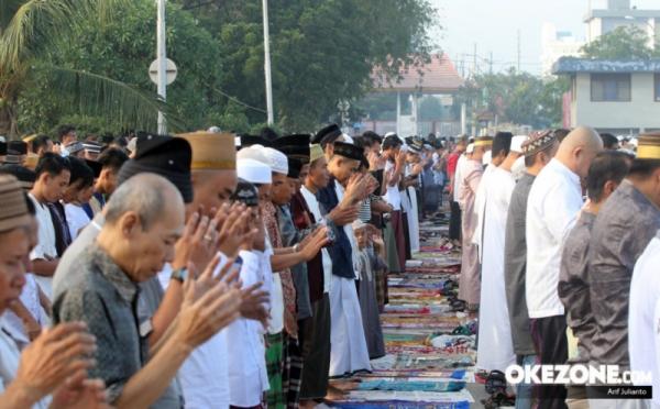 https: img.okezone.com content 2021 05 12 525 2409380 semua-masjid-diminta-gelar-sholat-ied-untuk-pecah-kerumunan-nOHdajvssJ.jpg