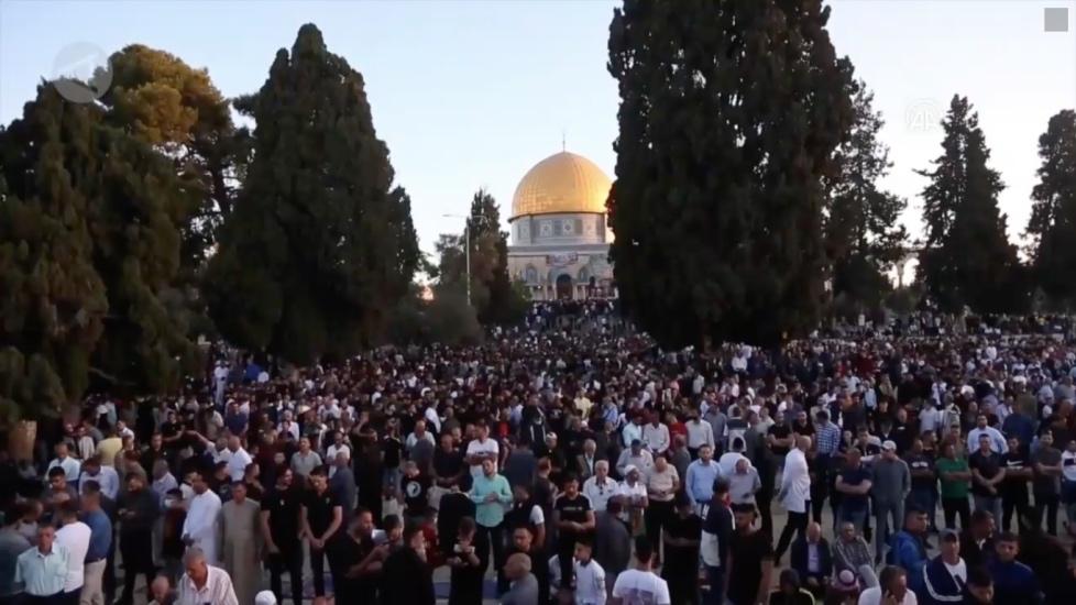 https: img.okezone.com content 2021 05 13 18 2409980 100-ribu-lebih-warga-palestina-sholat-ied-di-masjid-al-aqsa-doakan-korban-serangan-israel-7KeYqhAbBF.jpg
