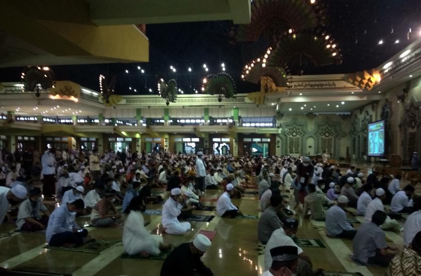 https: img.okezone.com content 2021 05 13 338 2409729 sholat-idul-fitri-di-masjid-jakarta-islamic-centre-berikut-foto-fotonya-c7mkvINhaS.jpg