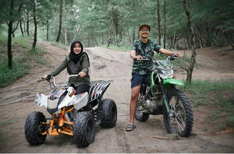 https: img.okezone.com content 2021 05 13 408 2409794 wisata-lebaran-di-yogyakarta-serunya-main-ke-taman-gumuk-pasir-dieblx1NLc.jpg