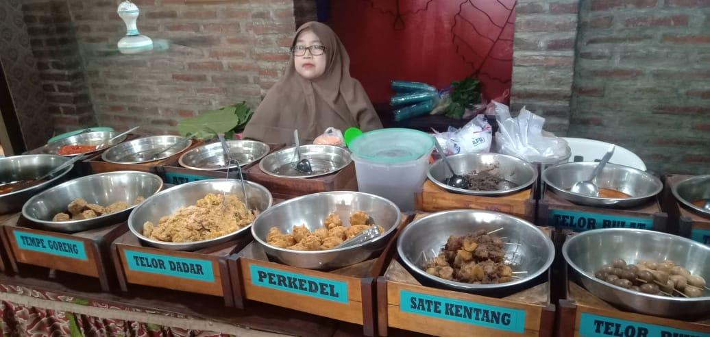 https: img.okezone.com content 2021 05 13 525 2409753 melihat-rumah-makan-pencipta-nasi-jamblang-di-tengah-gempuran-pandemi-covid-19-VJyp5jPUvy.jpg