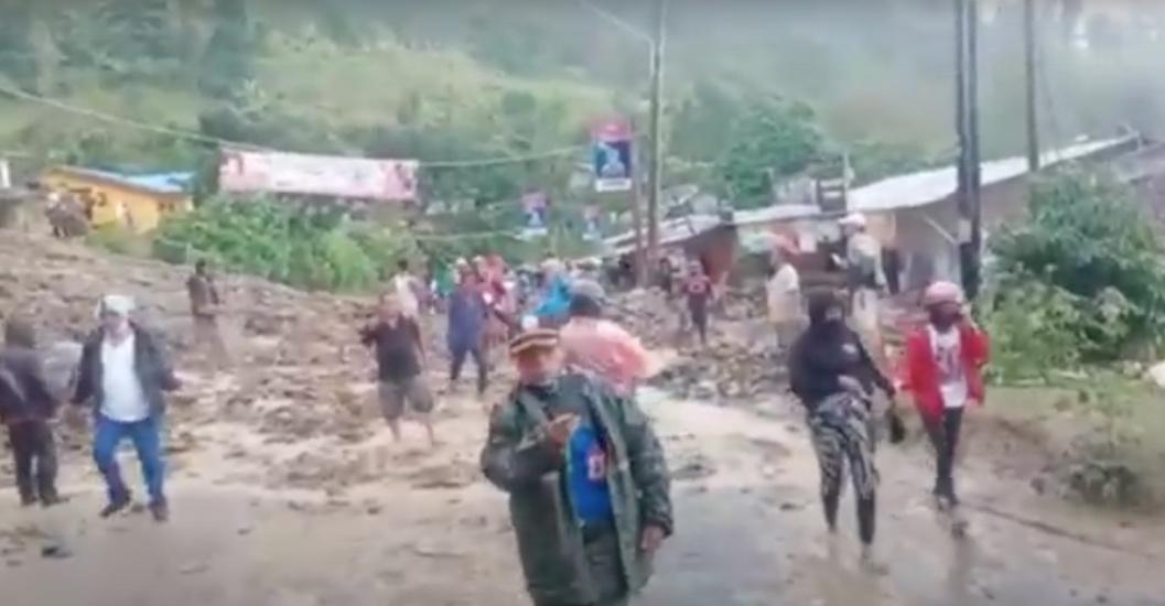 https: img.okezone.com content 2021 05 13 608 2409975 lokasi-wisata-parapat-danau-toba-diterjang-banjir-dan-longsor-lalin-lumpuh-9PT3MXcPyV.jpg