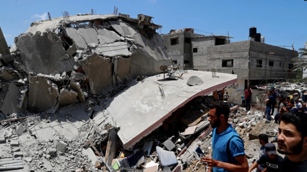 https: img.okezone.com content 2021 05 14 18 2410023 gedung-hunian-roboh-dihantam-serangan-israel-warga-gaza-menyisir-puing-puing-PlEWxefFSr.jpg