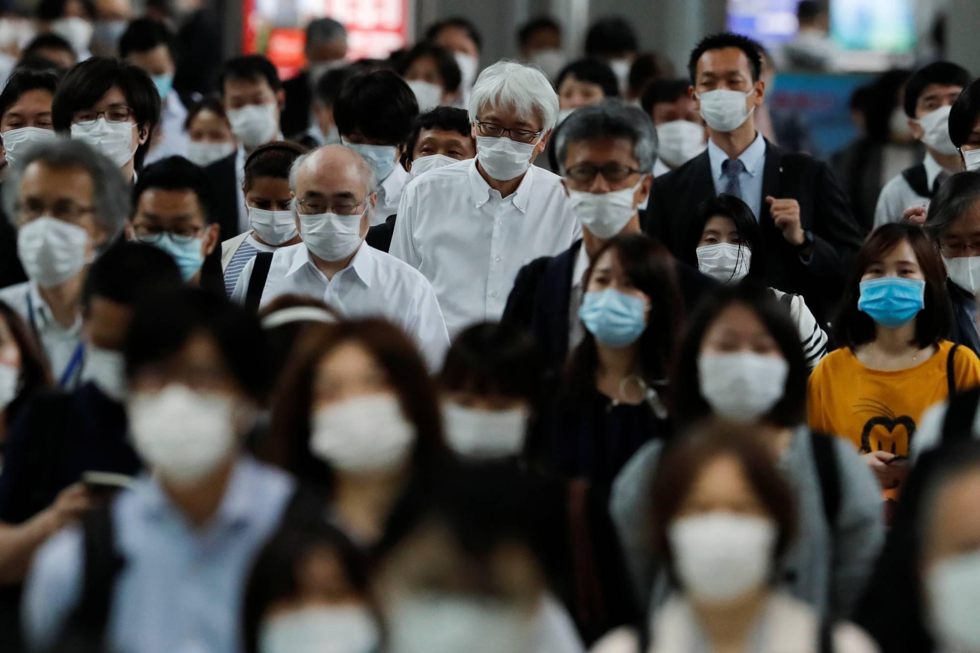 https: img.okezone.com content 2021 05 14 18 2410155 cdc-orang-yang-sudah-vaksinasi-covid-19-lengkap-tak-perlu-pakai-masker-di-ruangan-EjzgtfMHKh.jpeg