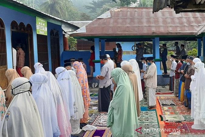 https: img.okezone.com content 2021 05 14 512 2410072 penganut-islam-aboge-di-banyumas-gelar-sholat-id-hari-ini-qxwhMHC1M3.jpg