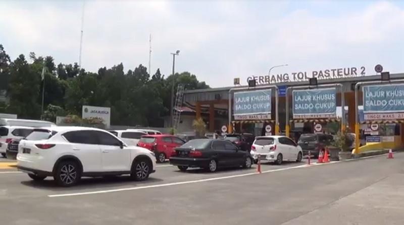 https: img.okezone.com content 2021 05 14 525 2410245 hari-kedua-lebaran-kendaraan-mengular-di-gt-pasteur-dJ6efpjwKk.jpg