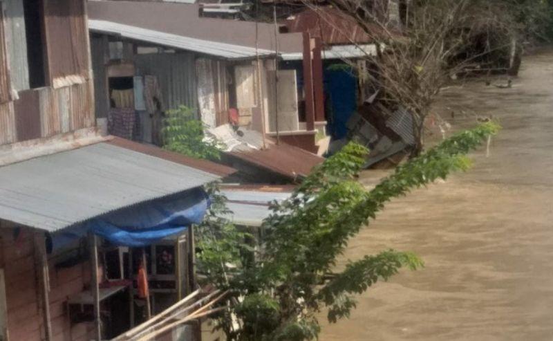 https: img.okezone.com content 2021 05 15 608 2410324 sungai-deli-meluap-banjir-dua-meter-rendam-rumah-warga-7xFv5waV35.jpg