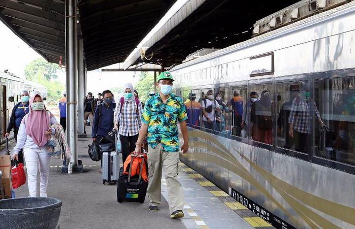 https: img.okezone.com content 2021 05 16 320 2410681 ingat-ka-jarak-jauh-bukan-untuk-mudik-ini-syarat-penumpang-yang-boleh-naik-kereta-9JBqmJj5Ys.jpeg