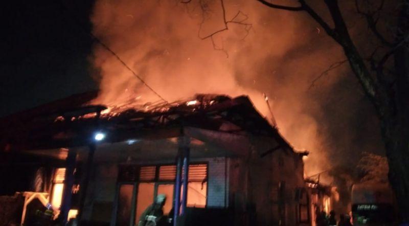 https: img.okezone.com content 2021 05 16 338 2410616 kebakaran-landa-gudang-di-manggarai-12-damkar-diterjunkan-V9C4Eo7fDD.jpg