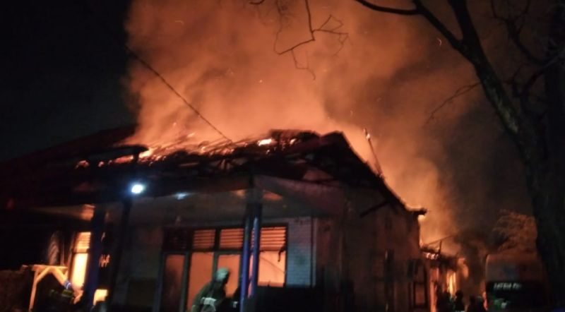 https: img.okezone.com content 2021 05 16 338 2410641 kerahkan-12-mobil-damkar-kebakaran-gudang-di-manggarai-berhasil-dipadamkan-g1MJuanJM9.jpg