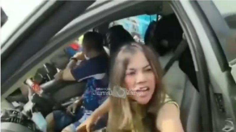 https: img.okezone.com content 2021 05 16 340 2410815 viral-seorang-wanita-mengamuk-gegara-dipaksa-putar-balik-73LgE01hVO.jpg