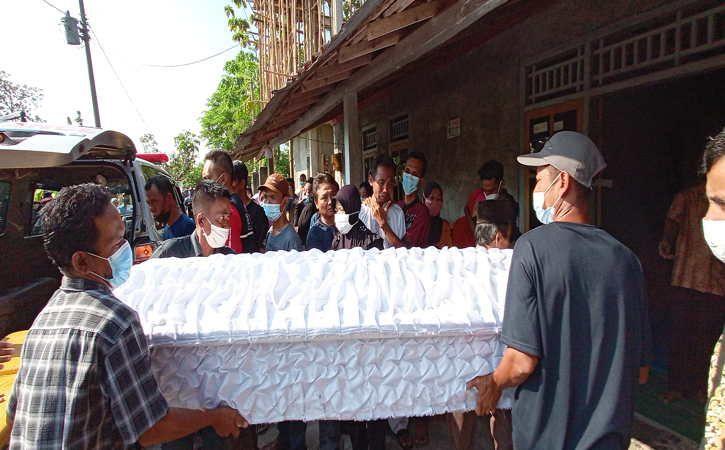 https: img.okezone.com content 2021 05 16 512 2410849 6-jenazah-korban-perahu-wisata-di-kedung-ombo-diserahkan-ke-keluarga-GDlO60ZBHv.jpg
