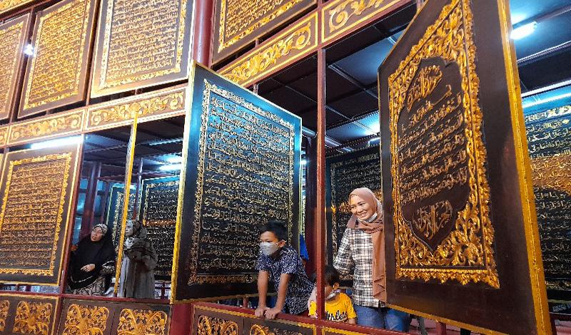 https: img.okezone.com content 2021 05 16 614 2410682 libur-lebaran-objek-wisata-religi-al-quran-raksasa-banyak-dikunjungi-warga-4la4atQkTB.jpg