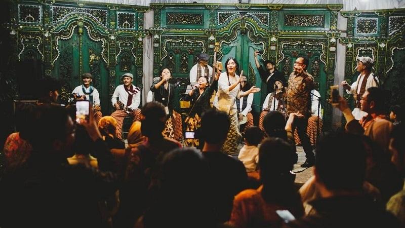 https: img.okezone.com content 2021 05 17 205 2410977 riwayat-musik-keroncong-dari-budak-kapal-sampai-budak-portugis-FNYiym8VRJ.jpg