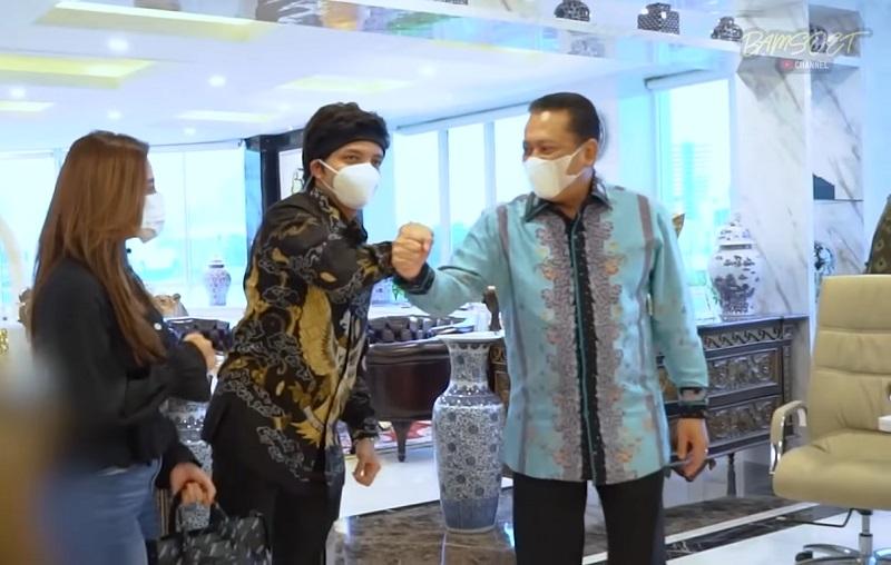 https: img.okezone.com content 2021 05 17 33 2411013 bambang-soesatyo-duet-bareng-atta-halilintar-warganet-heboh-4BWeq6XIkj.jpg