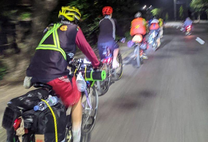 https: img.okezone.com content 2021 05 17 337 2411053 sholawatan-cara-pemudik-sepeda-tetap-fokus-di-jalan-selamat-sampai-tujuan-9WRQlYPpbT.jpg