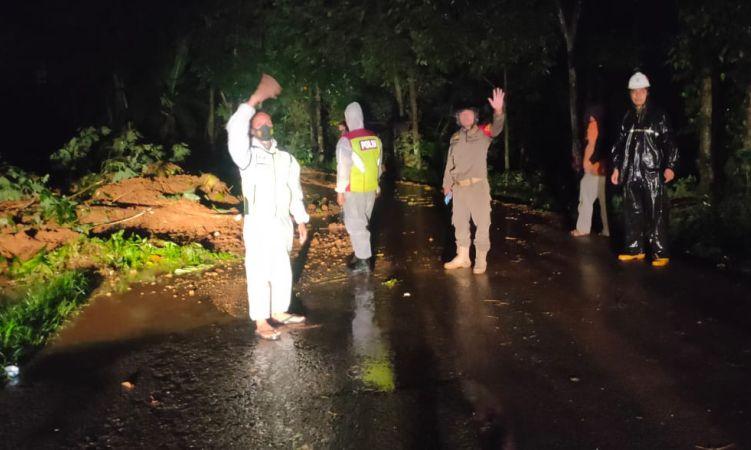 https: img.okezone.com content 2021 05 17 525 2410985 hujan-deras-tebing-15-meter-longsor-hingga-lumpuhkan-jalan-di-purwakarta-Ati9MCUQgl.jpg