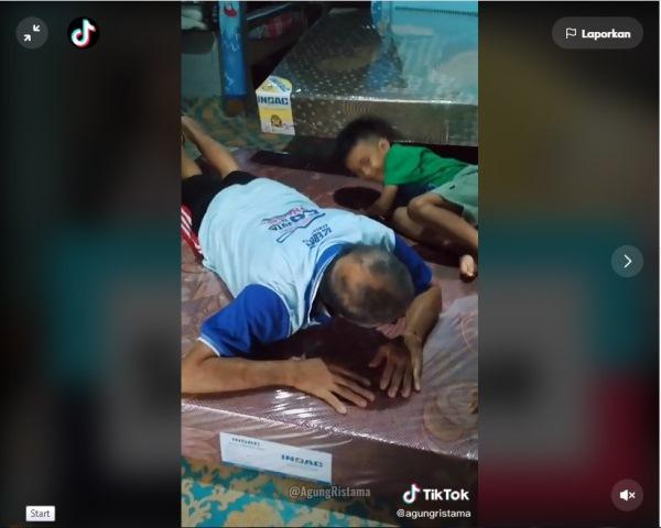 https: img.okezone.com content 2021 05 17 612 2411250 viral-anak-belikan-kasur-kiropraktik-untuk-orangtua-bapaknya-sampai-terharu-menangis-cgDZsZjIhD.jpg