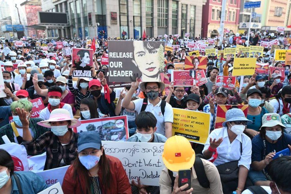 https: img.okezone.com content 2021 05 18 18 2411654 as-beri-sanksi-16-orang-rezim-militer-myanmar-terkait-kudeta-properti-dan-harta-kepemilikan-diblokir-2coewRYvjX.jpg