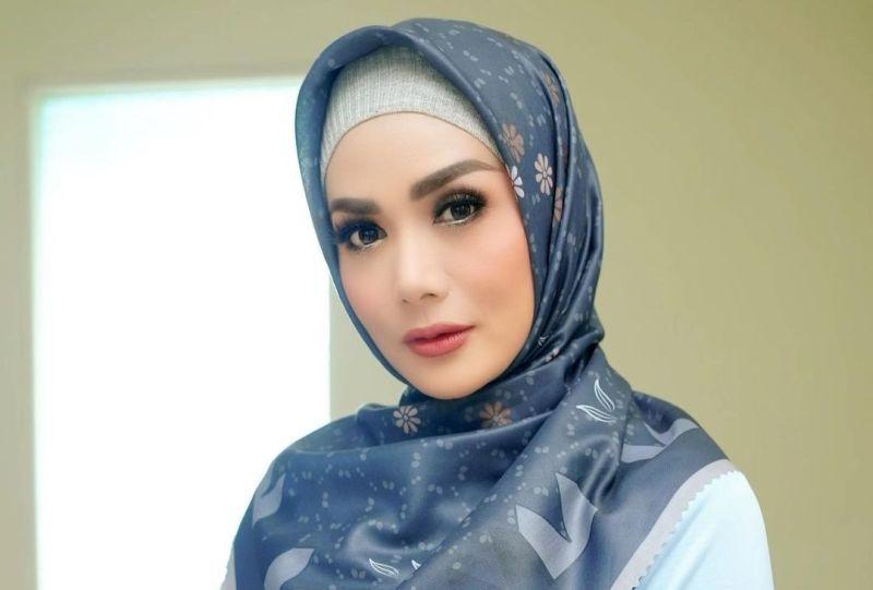 https: img.okezone.com content 2021 05 18 33 2411957 krisdayanti-kuatkan-aurel-hermansyah-keguguran-my-strong-loli-QwedAW8N8V.jpg